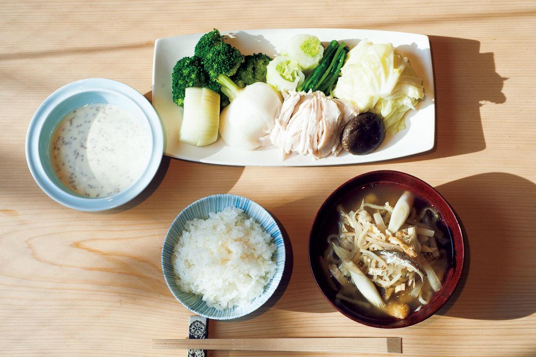 茹で野菜の鶏肉の盛り合わせと味噌汁