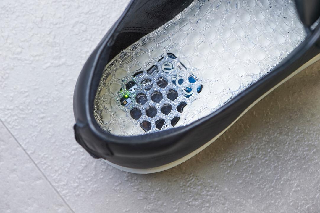 トレッドミルでの測定の際には、専用シューズを着用。両足の踵部分に、ウェアラブルセンサーを搭載している。