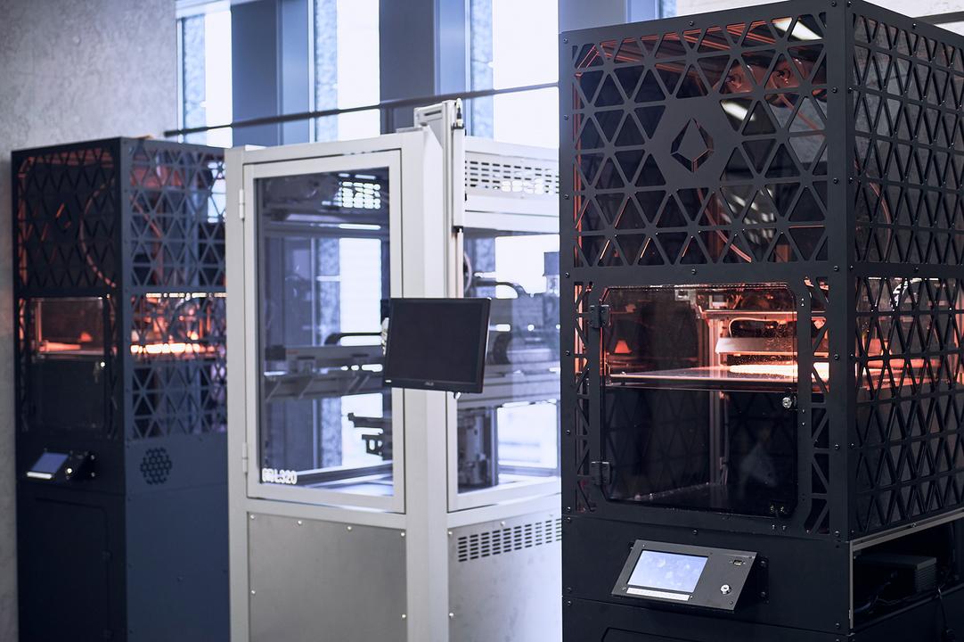《QUANT-U》のミッドソールを作る3Dプリンターの外観