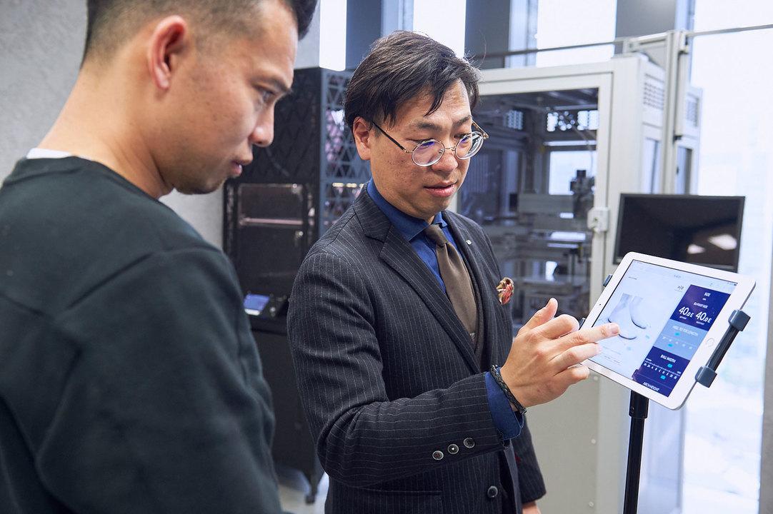 ECCOテクニカルスペシャリスト&トレーナーの照井昇さんに解説を受ける。