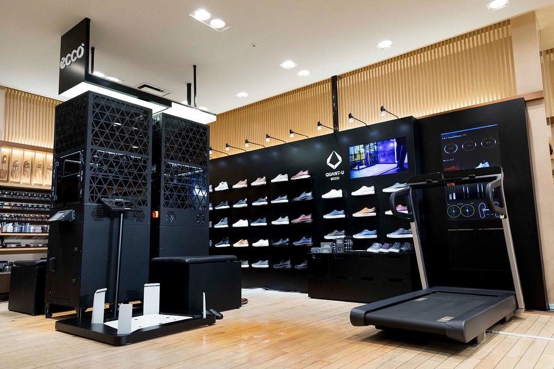 東京・新宿伊勢丹メンズ館紳士靴売場で展開されている〈ECCO〉のポップアップストア。右側にあるトレッドミル、そして中央にある3Dプリンター、3D足型計測器は、今回体験させてもらった実物が設置されている。