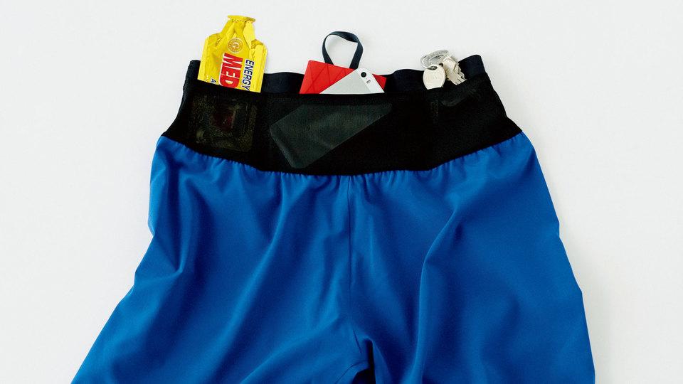 手ぶらで走れるランナーはハンサムだ。ポケット完備のラン用ショーツ&パッカブルジャケット