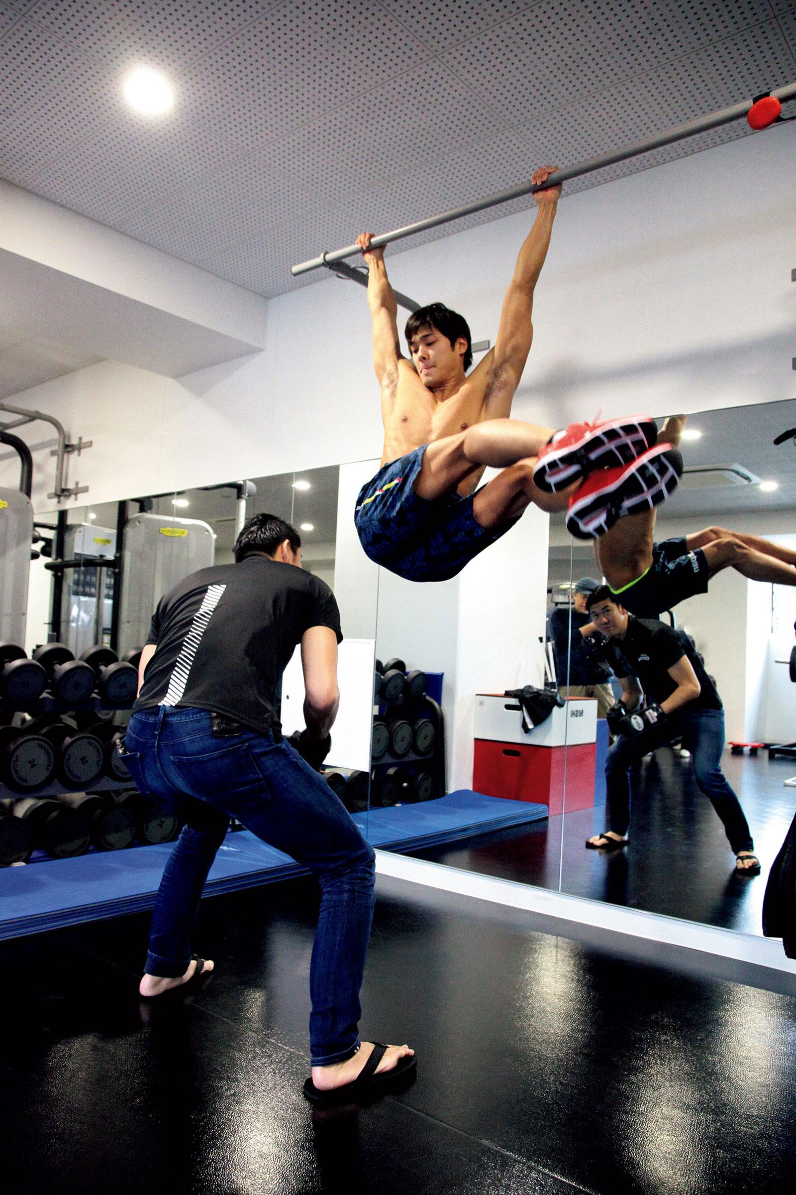 水泳選手・中村克は腰に12kgの重りをつけて懸垂を行う