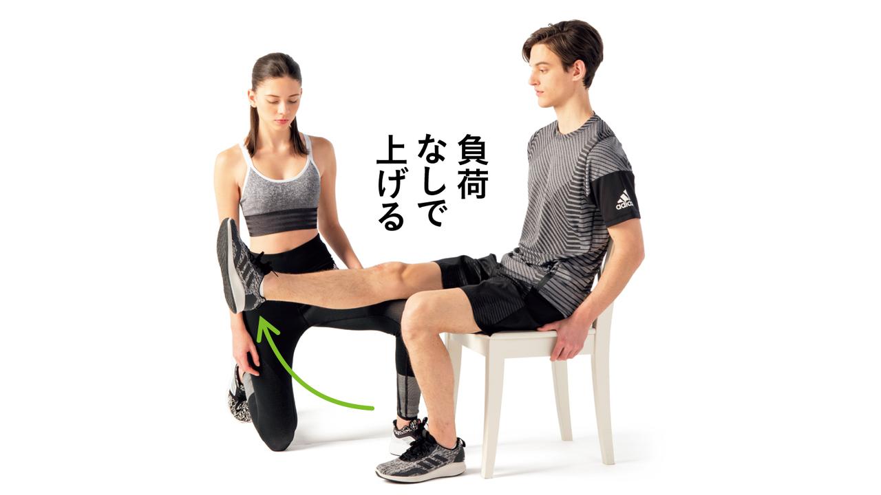 負荷なしで膝を伸ばし、パートナーが再び徒手抵抗をかける。