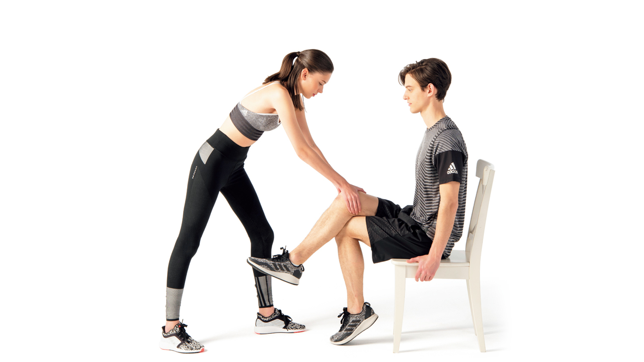 パートナーは両手で相手の膝上を持ち、上からプレッシャーをかける。