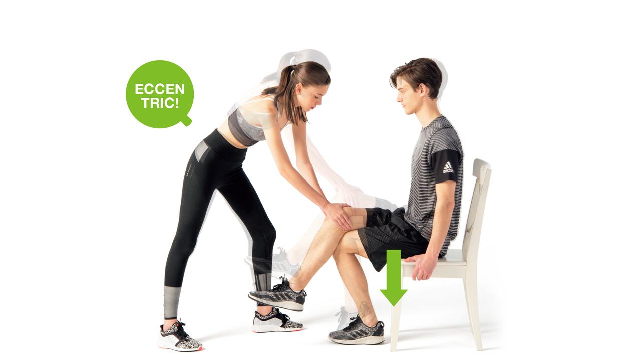 上からの圧に逆らいながらふくらはぎで頑張る。踵が床についたら、パートナーは負荷を解放。