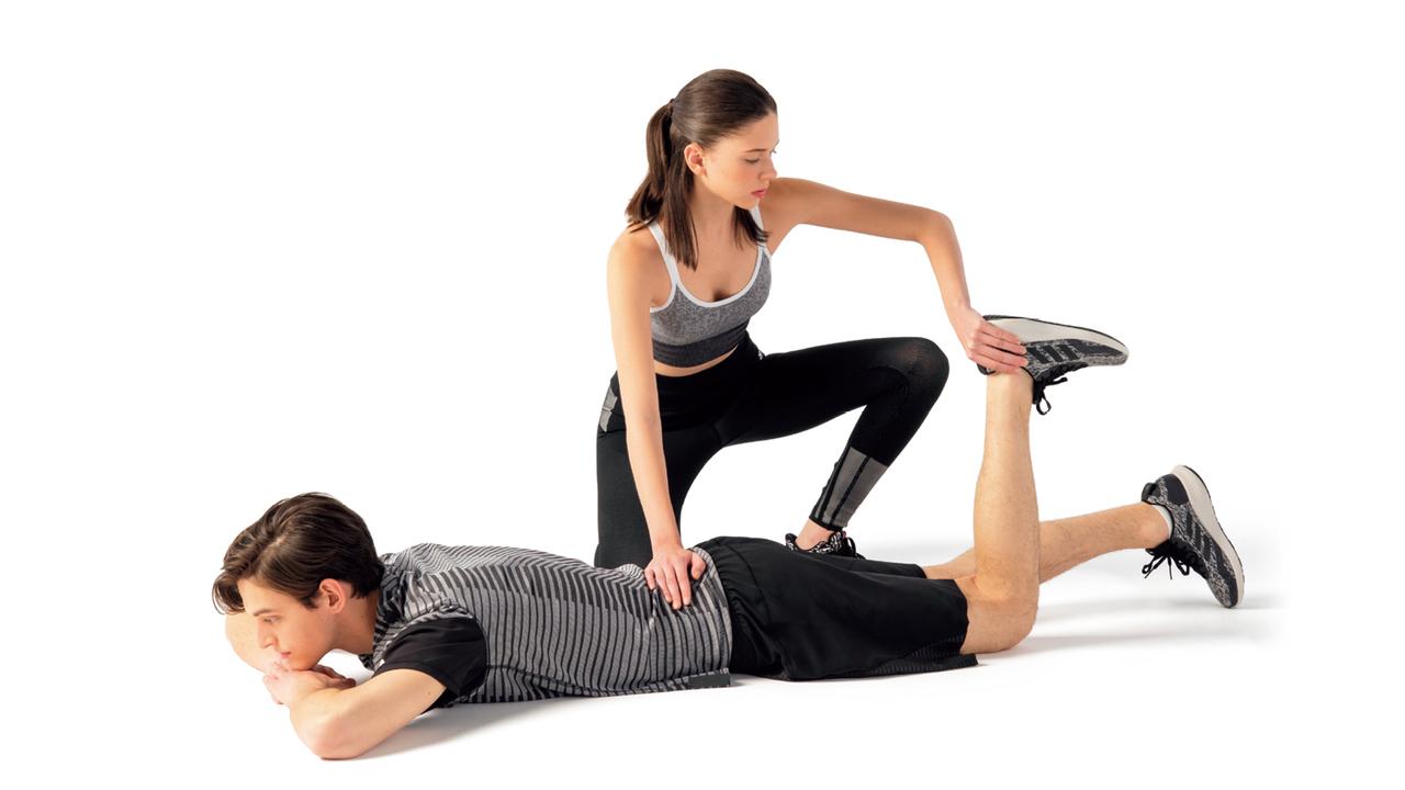 床にうつ伏せになり、重ねた手の上に顎を乗せて片脚の膝を90度に曲げる。