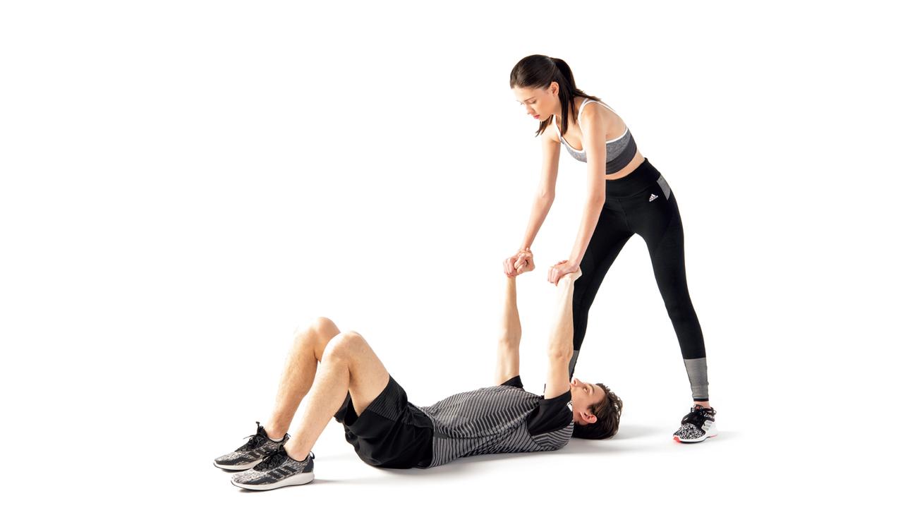 パートナーは相手の掌を握り、上から体重をかける。