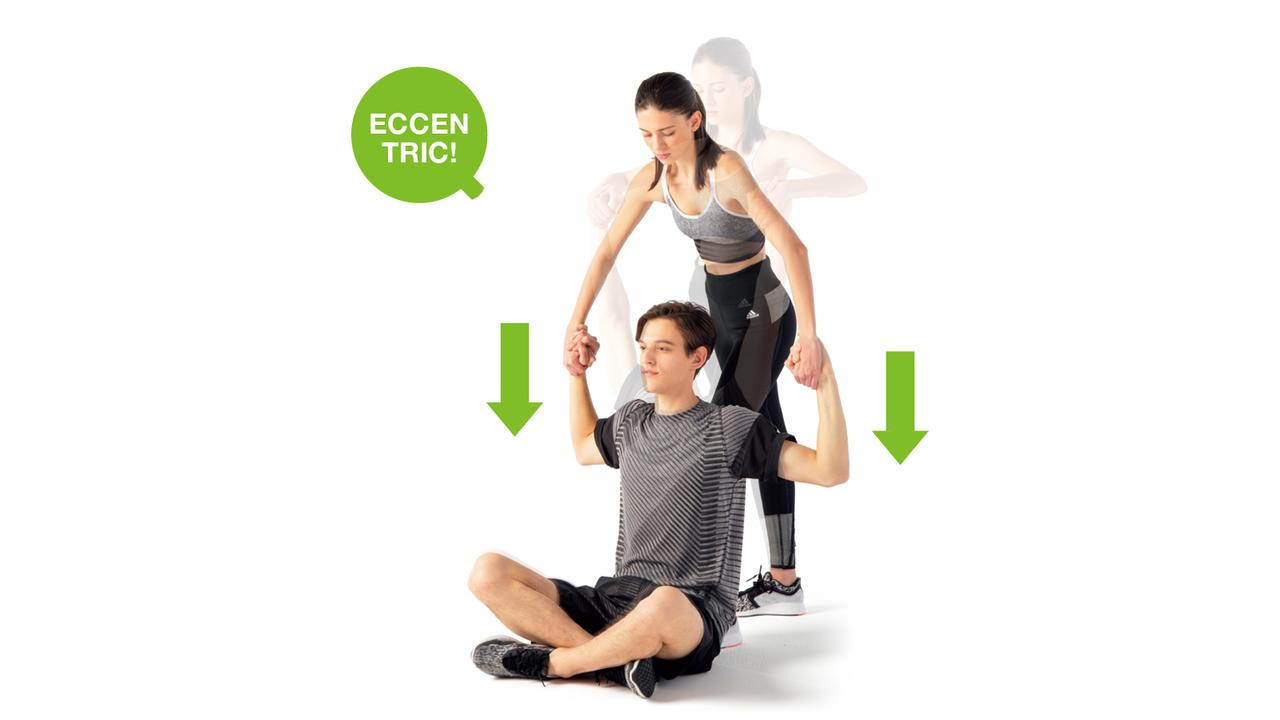パートナーは相手と親指をフックさせて左右の手で握り合い、上から体重をかける。その圧に耐えながら肩まわりの筋肉に力を込める。