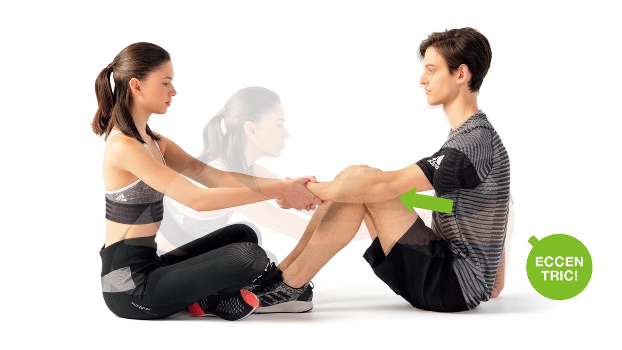 パートナーは両手で相手の手首を握り、体重をかけて手前に引く。そのプレッシャーに負けないよう力を入れながら肘を伸ばす。