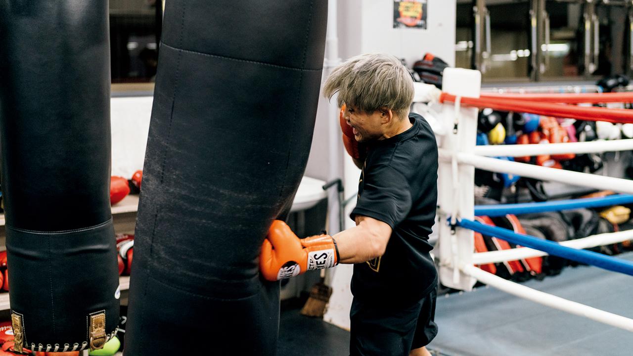 サンドバッグを打ち込むプロボクサーの京口紘人