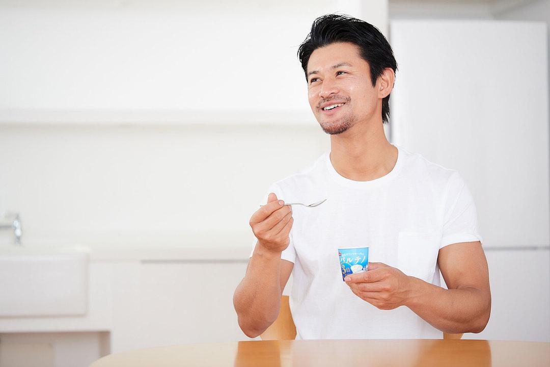モデル・山下晃和さんがパルテノを実食。
