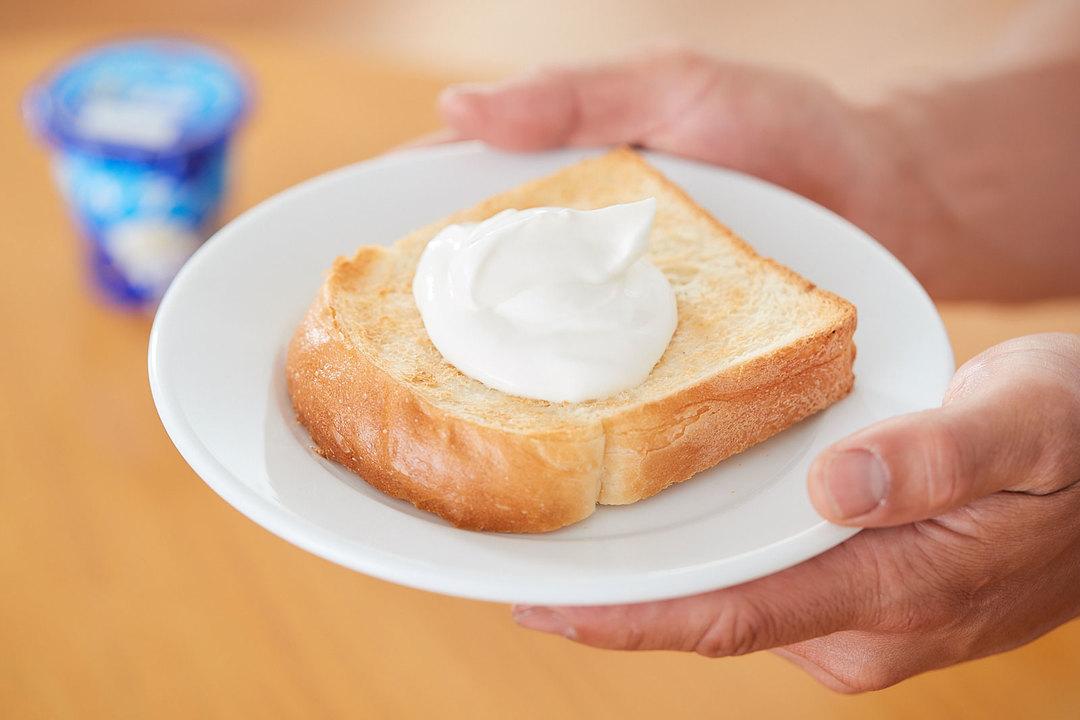 モデル・山下晃和さんのオススメは、トーストに《パルテノ》に盛る食べ方。