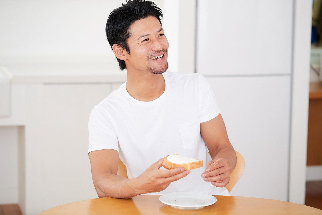 《パルテノ》を盛ったトーストを食べて、思わずニッコリの山下さん。