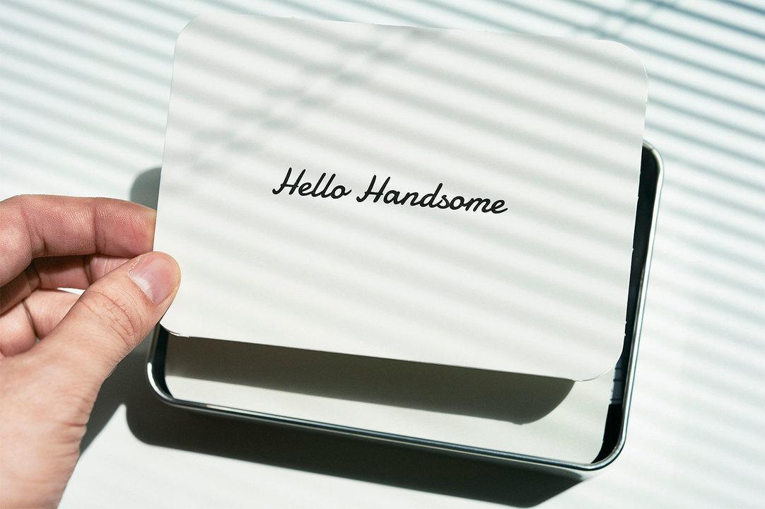 フタを開けると「Hello Handsome」の文字が。