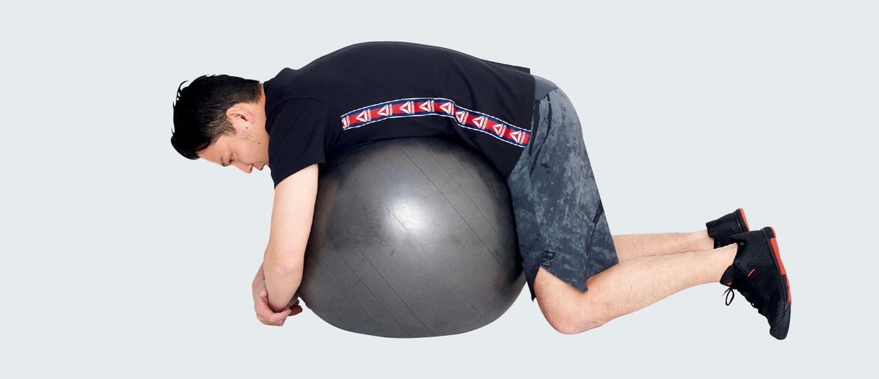 バランスボールで背中のストレッチ