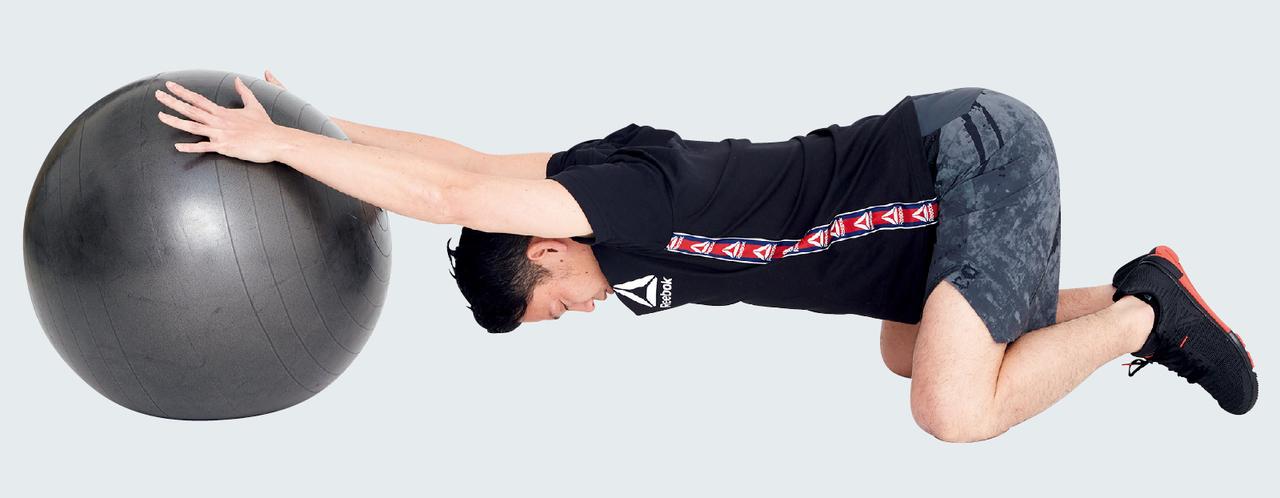 バランスボールで肩甲骨周辺のストレッチ