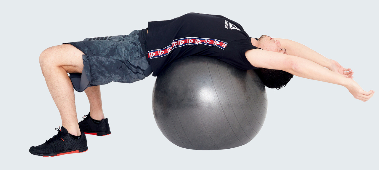 バランスボールで腹部のストレッチ