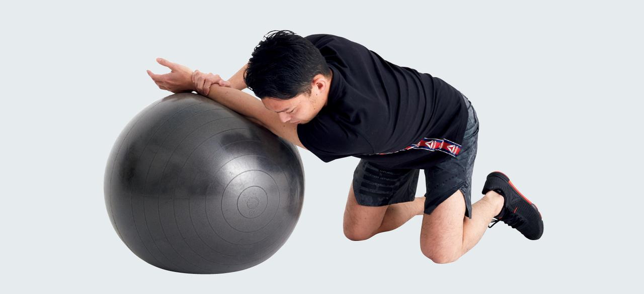 バランスボールで三角筋のストレッチ