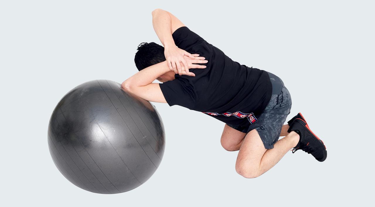 バランスボールで上腕三頭筋のストレッチ