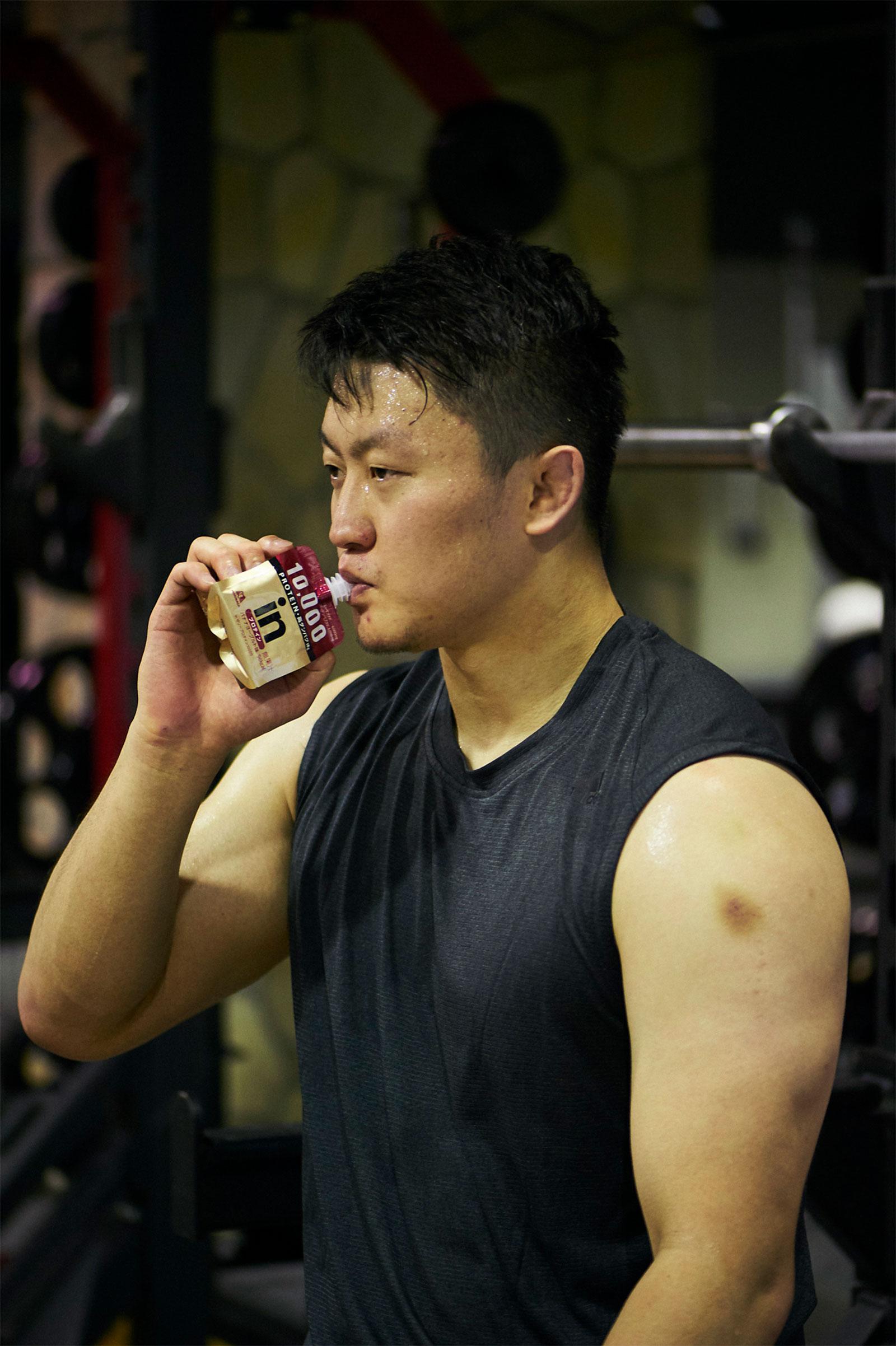トレーニングを終えたら《inゼリー プロテイン10000》でタンパク質を補給。1袋で10gのタンパク質を摂取できる。夕食を食べてから寝るまでの間に、補食として摂取することも多いそうだ。