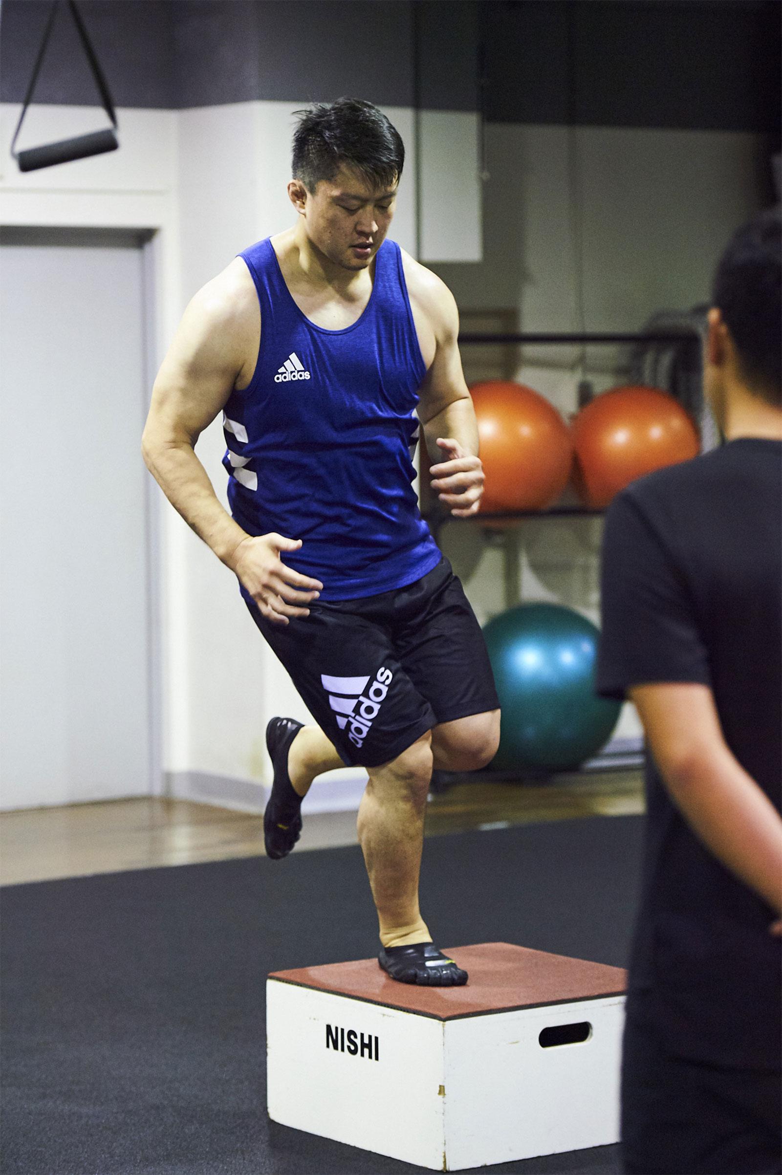 片脚で行うボックスジャンプ。前後方向だけでなく、左右方向も行う。原沢選手の得意技である内股のような、片脚でバランスをとりながら大きな力を発揮する動きを安定させるトレーニング。