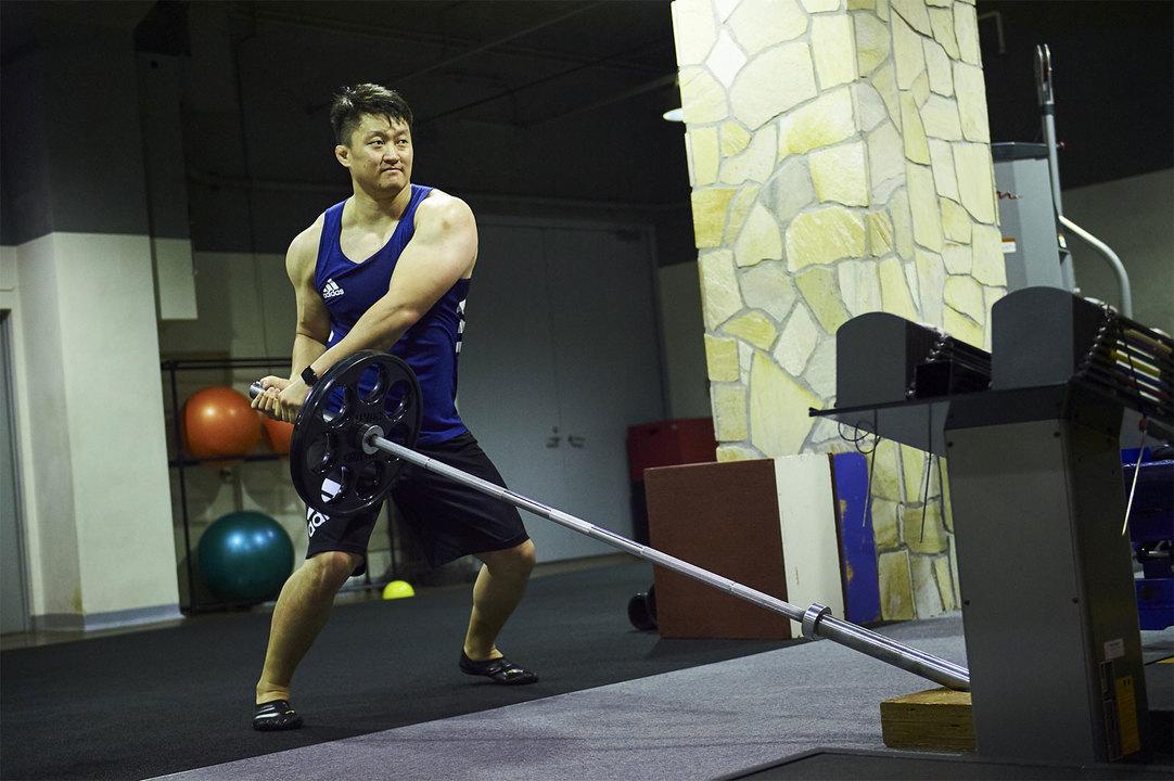 バズドライバーと呼ばれる、腹横筋、腹斜筋といった体幹部の筋肉を強化するトレーニング。20kgのバーに20kgのウェイトをつけ、左右に振る。柔道で大切な捻りの動きを安定させる。