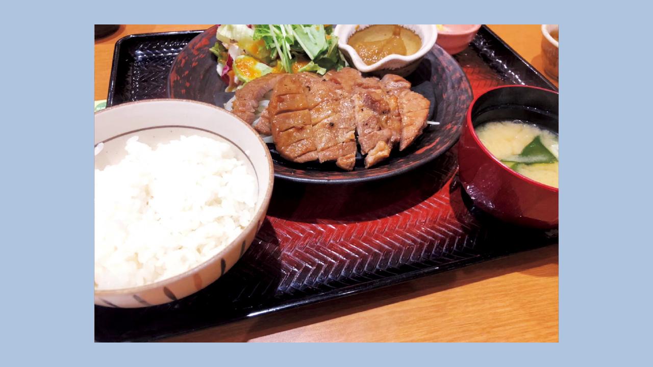 昼はステーキを豪快に。食べる順番は付け合わせの野菜→汁物→主菜→主食。