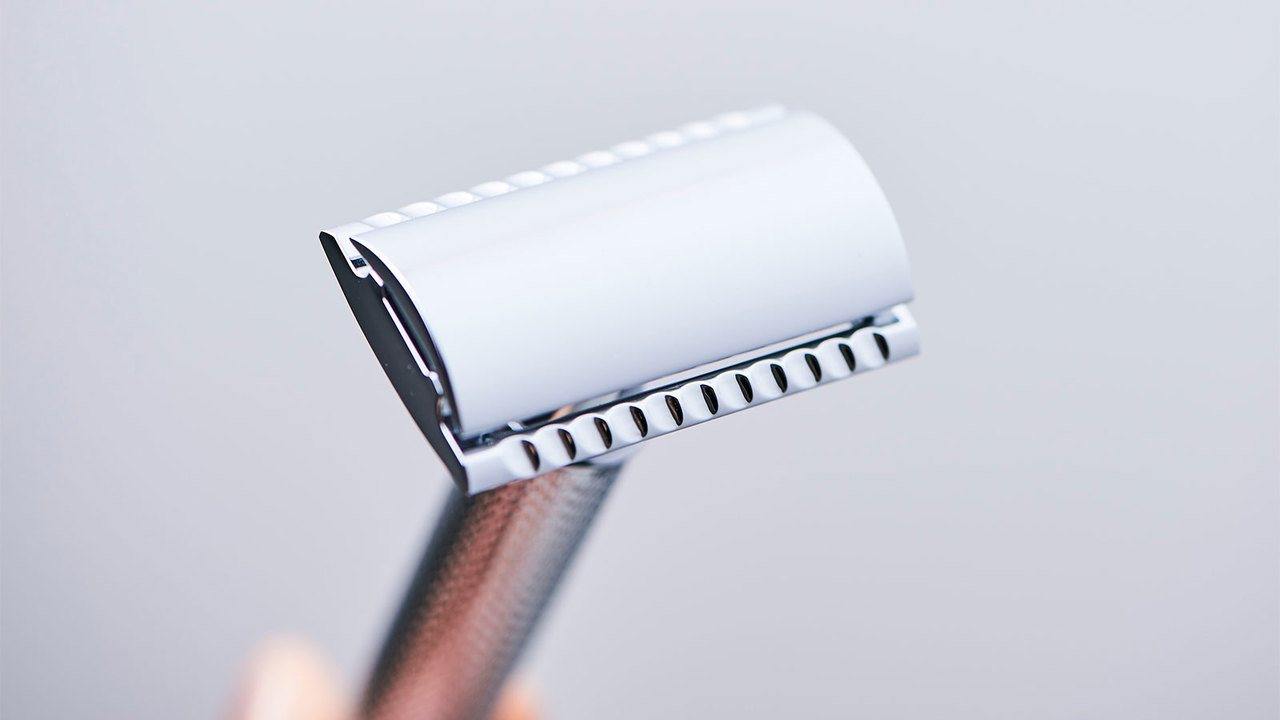 カミソリは先端に刃をセットして使用。左右どちらからでも剃れる両刃が嬉しい。