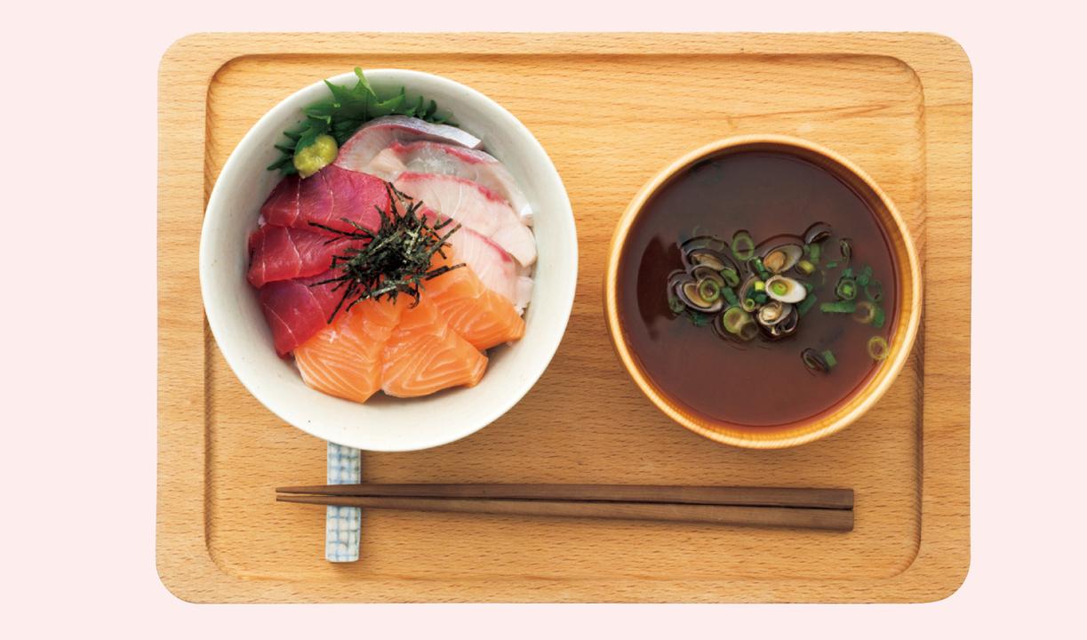 ご飯、味噌汁、肉や魚、サラダの定食型にすると、炭水化物・脂質・タンパク質・ビタミン・ミネラルが過不足なく摂取できる。