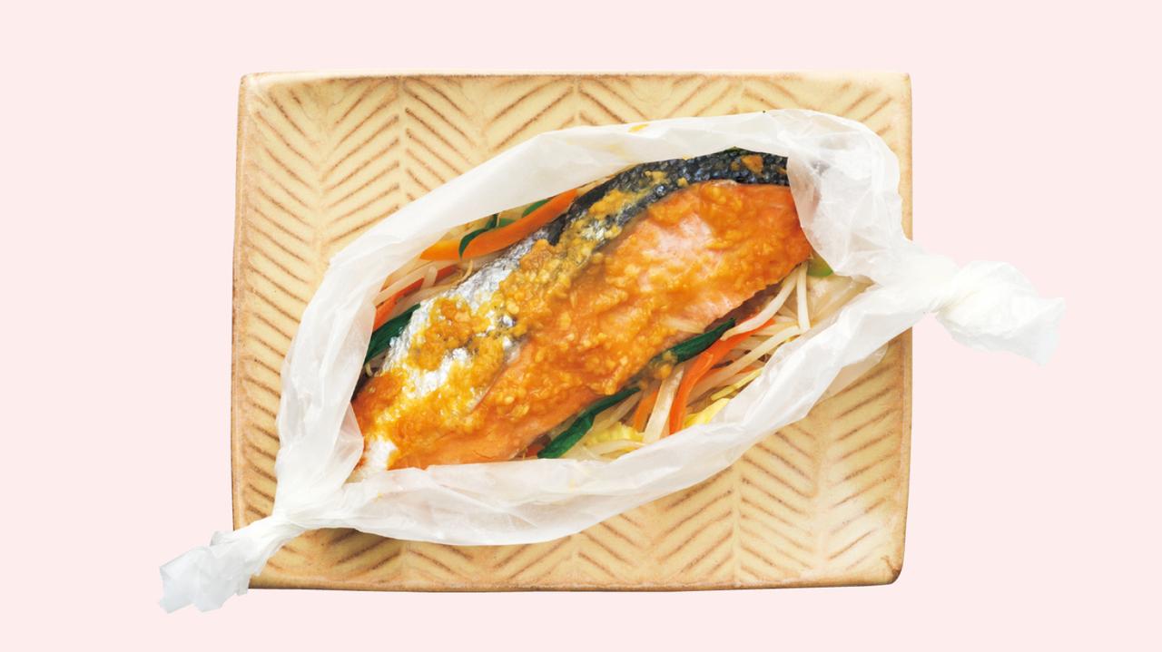 味噌大さじ1とポン酢大さじ1を混ぜておく。クッキングシートに、好みの野菜(野菜炒め用カット野菜など)を入れ、鮭の切り身を乗せ、味噌だれを全体に塗る。クッキングシートを閉じて600Wのレンジで5分間加熱する。