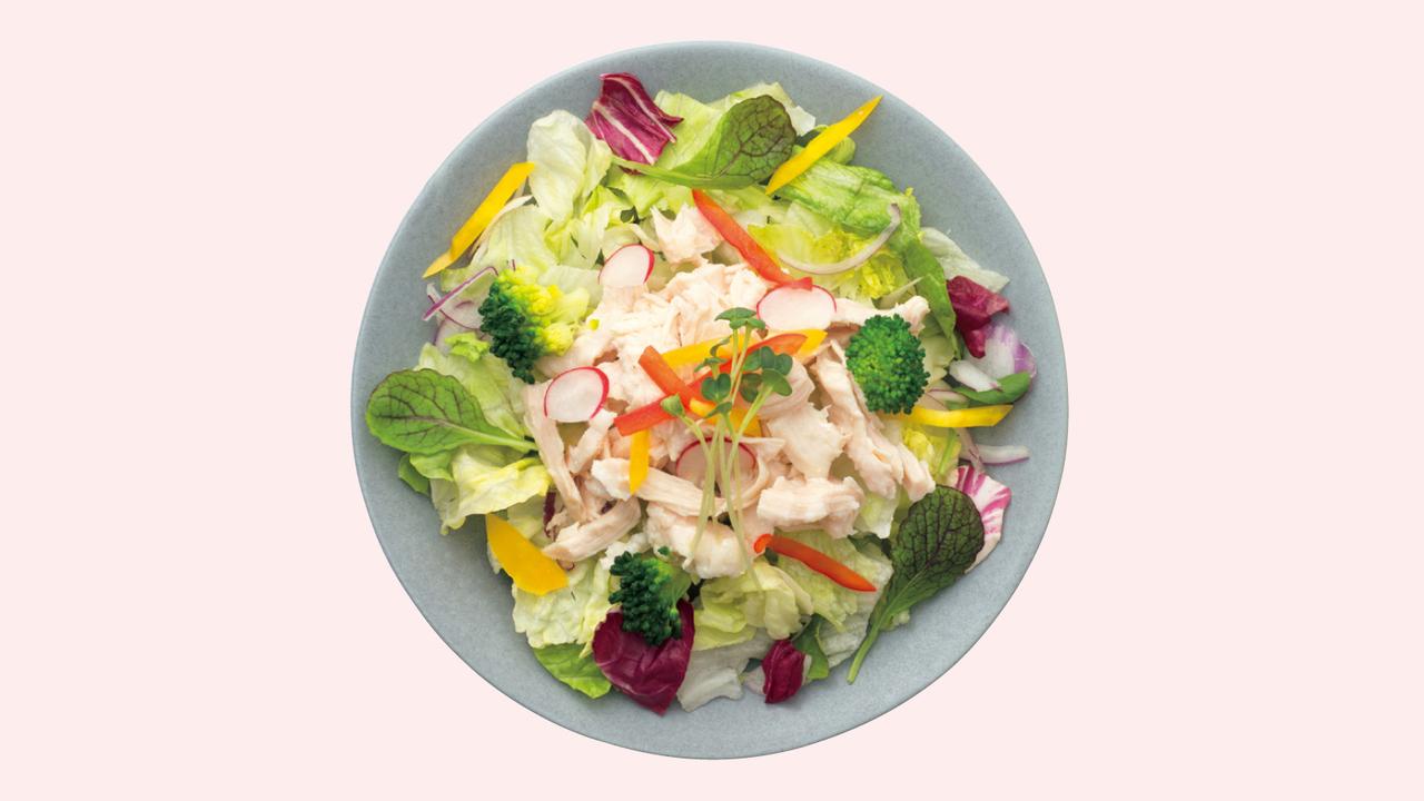 器に好みの野菜を盛り、市販のサラダチキンをほぐし、野菜の上に乗せる。好みでノンオイルドレッシングをかける。
