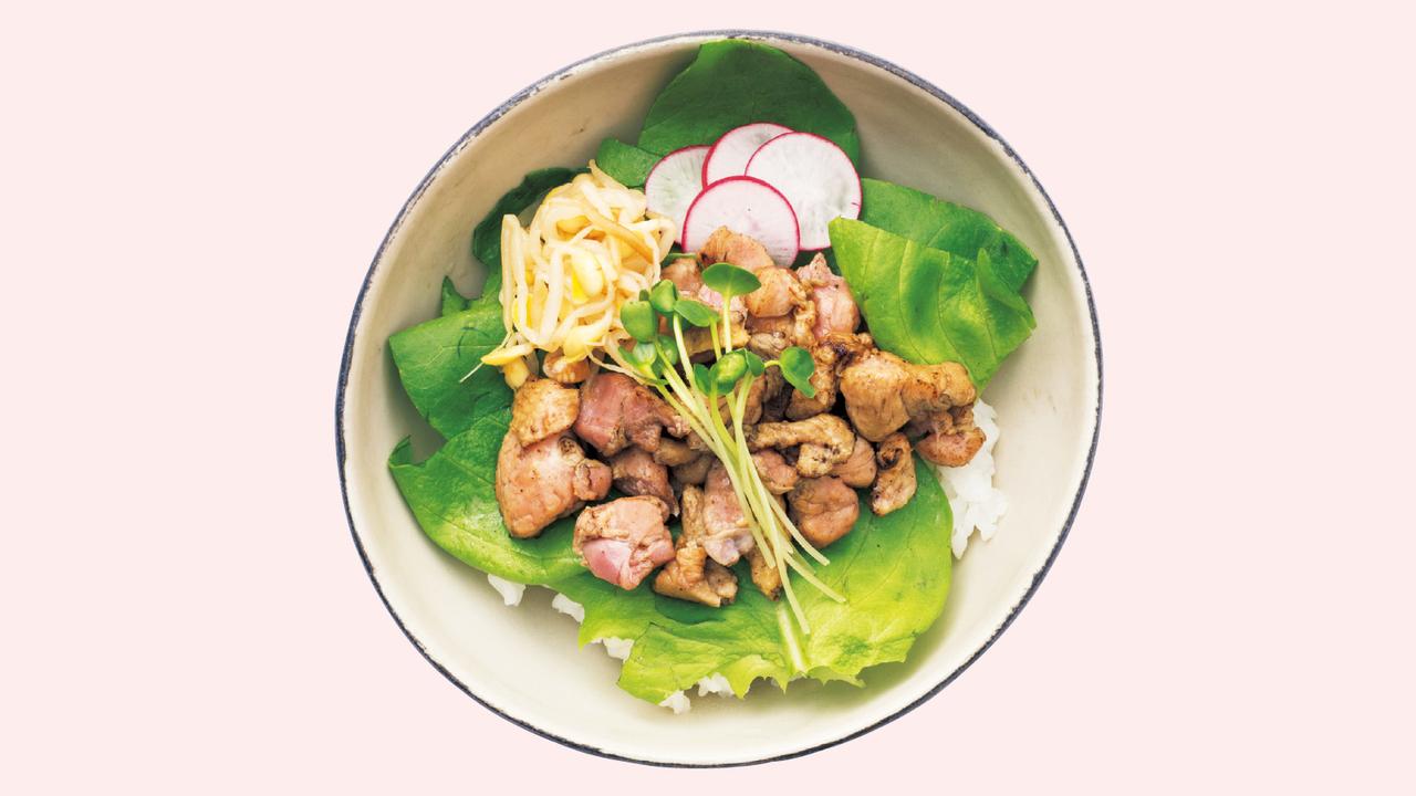 どんぶりにご飯を入れ、レタス、キャベツなど好みの野菜を乗せる。缶詰または市販の焼き鳥を野菜の上に盛り付け、好みでもやしナムルを添える。