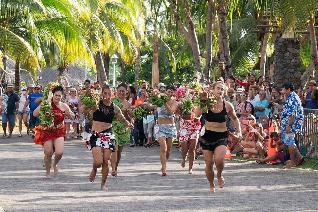 15kgのバナナバーベルを担ぐ女性部門。選手のウェアに規定はなく、パレオをショートドレスにして纏う人やトレーニングウェアに着る人など色々だ。