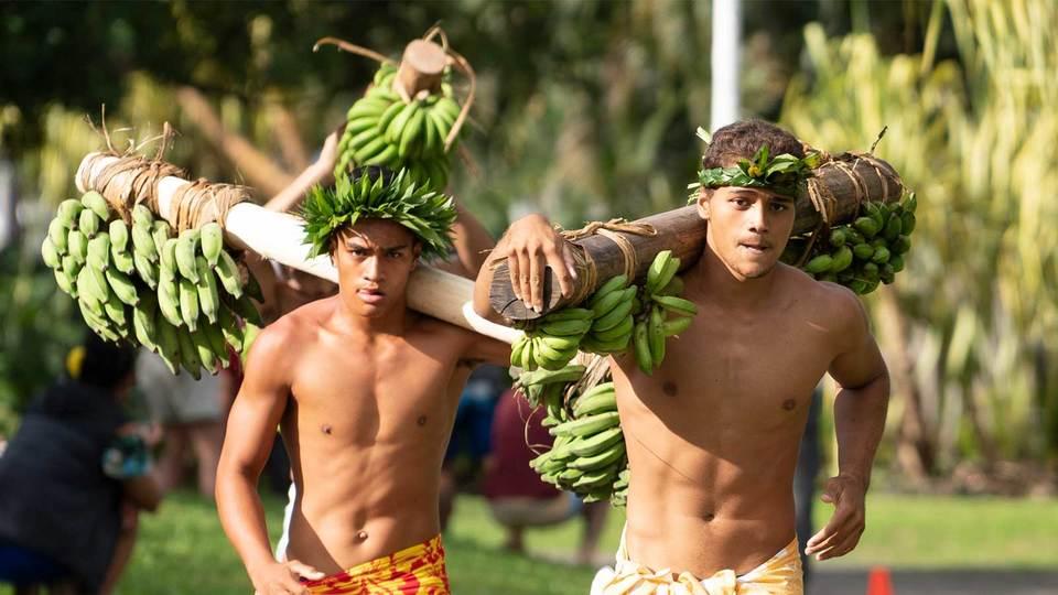 バナナバーベルを担いでダッシュ! 見たことある? 斬新すぎるタヒチの伝統レース
