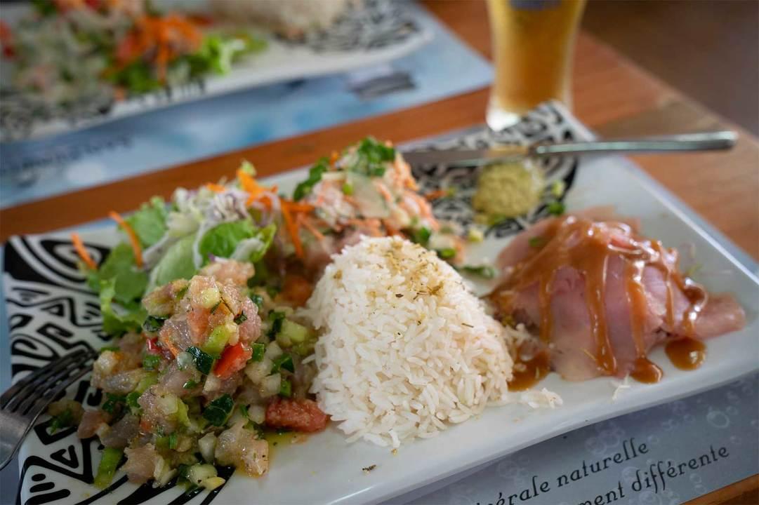 20190821rm_15-tahiti0025マグロ好きにはたまらない《Trio de thon》(1950CFP、約1950円)。ポワソンクリュ(マグロを野菜と合わせてココナツミルクで和えた伝統料理)、刺身、タルタルの贅沢な3種盛り。
