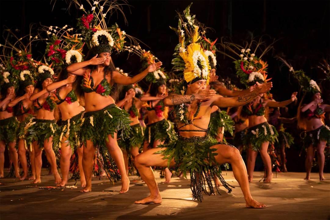 タヒチを含む南太平洋に浮かぶ118の島々の伝統であるポリネシアンダンスのルーツとされるタヒチアンダンス。性別や年齢、プロアマを問わず、現地の人たちにとって踊ることは日常の一部。