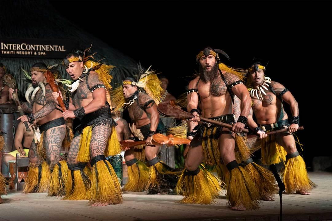 〈インターコンチネンタル タヒチ リゾート&スパ〉のダンスショーの様子。