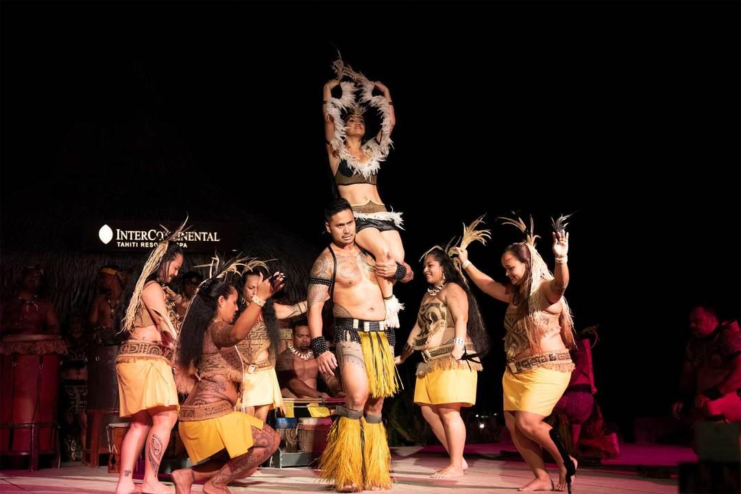女性ダンサーの優美な踊りには、うっとりため息がこぼれる。
