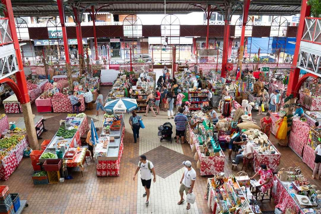 パペーテ観光では外せない〈マルシェ〉。地元産のプロダクトが多く揃い、土産物探しにも最適。