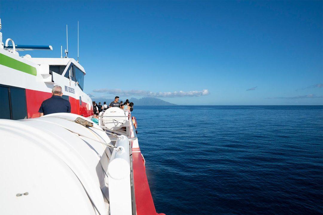 今回は赤色が目印の高速フェリー《テレバウ(Terevau)》に乗船。