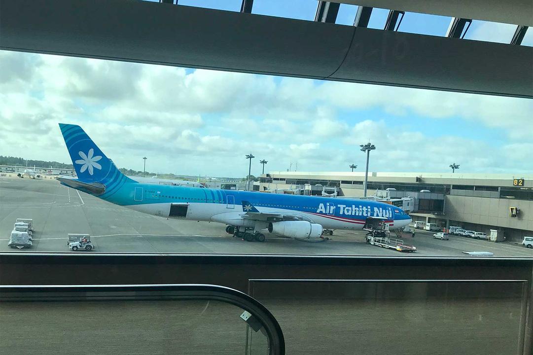 出国審査を終えて搭乗口に向かう途中、〈エア タヒチ ヌイ〉を発見! 機体に描かれた国花のティアレが目印。