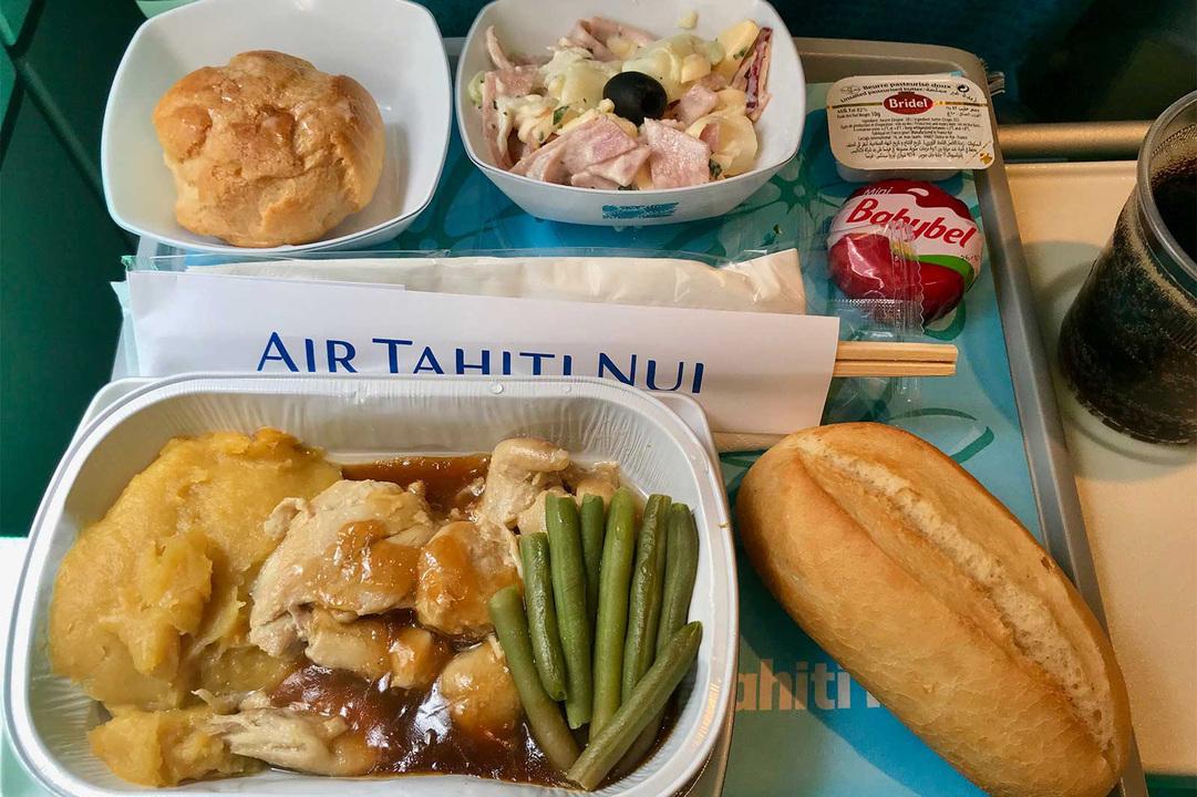 機内食は2回。パンはフランスパン、デザートはシュークリームとフランス領ならではの内容でした。