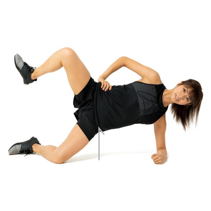 膝と股関節を曲げ、上側の脚を徐々に上げ、続けて腰を上げると同時に上の膝を大きく開き、ゆっくり元に戻す。これを左右各15回。尻の筋肉を使って開閉すること。