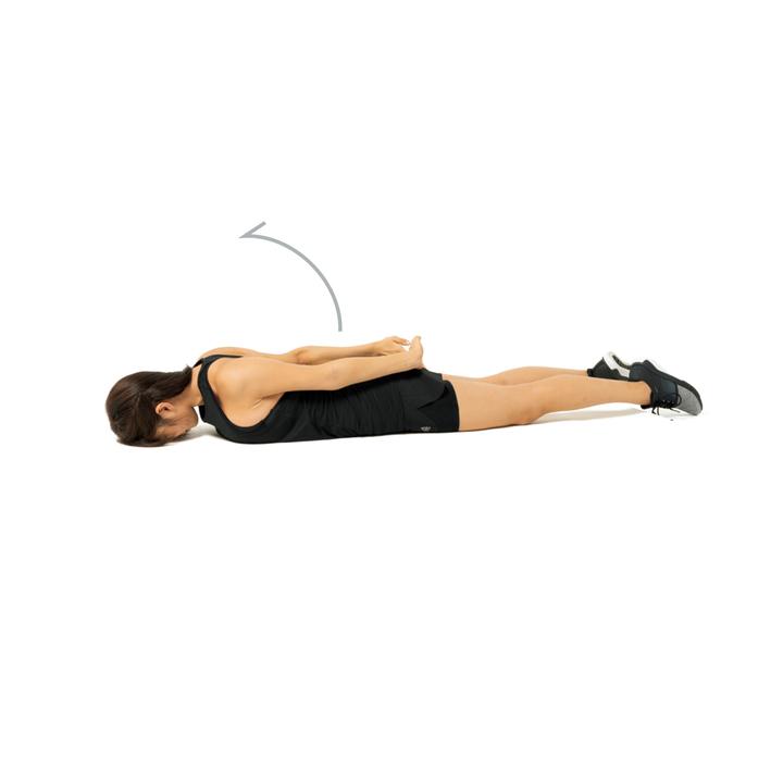 次に尻の後ろで両手を合わせ、逆の動きで元に戻す。これを10回2セット。一連の動きを肩甲骨を軸に行うこと。