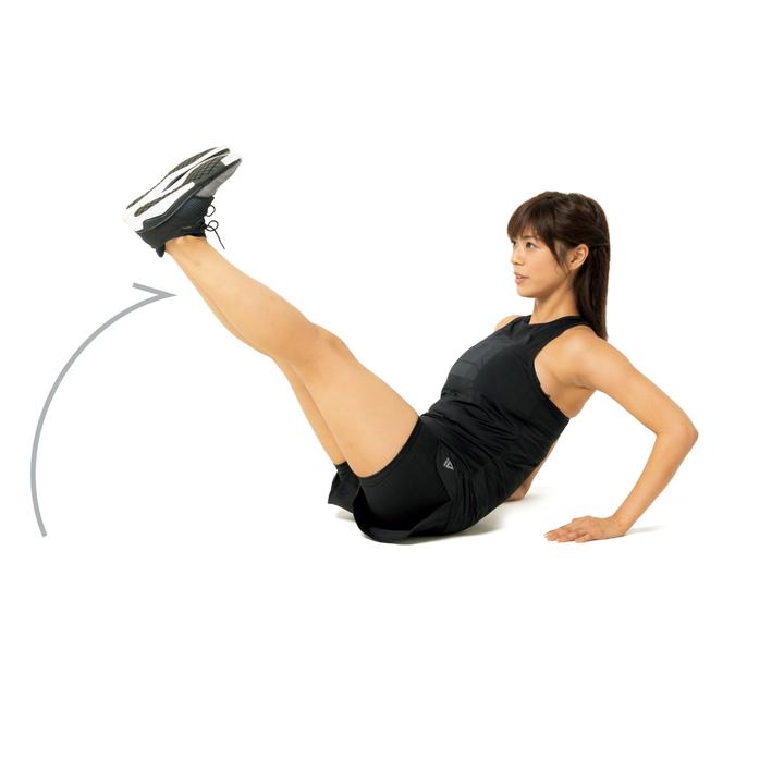 次に上体を崩さずに5秒かけて両脚を約45度まで上げ、5秒かけて元に戻す。これを10回。腹筋の強化にはもってこい。