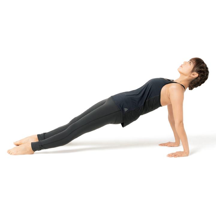 床に座り、両脚を揃えて前に伸ばす。両手を肩の下につき肘を伸ばし、腰を床から上げてカラダのラインを一直線にする。