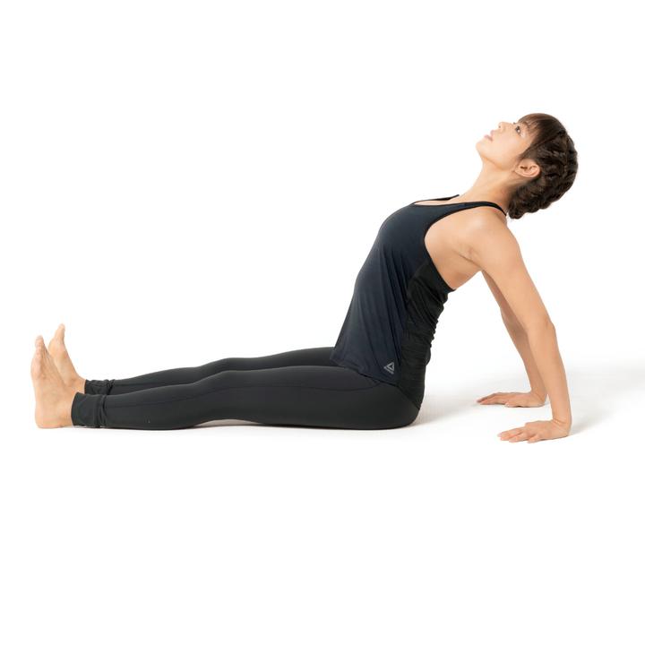 床に座り、両脚を前に伸ばす。両手はカラダの少し後ろについて肘を伸ばす。