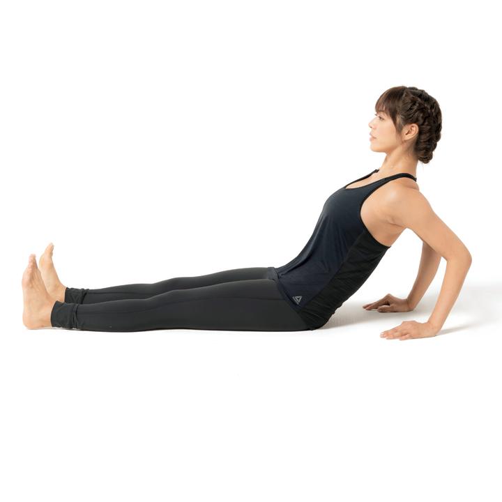 息を吸いつつ胸椎を伸ばし、続けて息を吐きながら胸椎と腰椎、背骨全体を屈曲させる。このとき両肘は自然に曲げて構わない。10回×3セット。