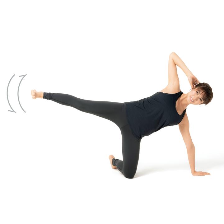 次に左側に倒れて左手を床につき、右脚を真横に伸ばす。その姿勢で息を吐きつつ脚を上げ、息を吸いながら戻す。10回×3セット。反対側でも同様に。